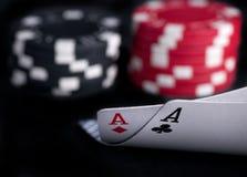 Due assi alti sulla tabella nera con i chip Immagine Stock