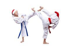 Due atleti dei ragazzi stanno battendo la gamba di scossa Fotografia Stock