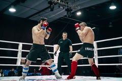 Due atleti sono nelle pose di combattimento sull'anello Fotografia Stock