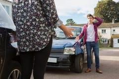 Due autisti che discutono sul danneggiamento delle automobili dopo l'incidente Fotografia Stock