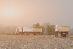 Due autocarri con cassone ribaltabile su un sito dello scavo Immagine Stock
