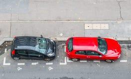 Due automobili parcheggiate immagini stock