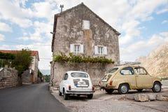 Due automobili vecchie nel Montenegro fotografie stock
