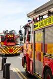Due autopompe antincendio sulla via della città Fotografie Stock
