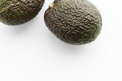 Due avocado maturi Haas su un fondo bianco immagine stock