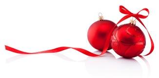 Due bagattelle rosse della decorazione di Natale con il nastro si piegano isolato sopra immagini stock libere da diritti