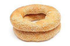 Due bagel con i semi di sesamo isolati su bianco Fotografia Stock Libera da Diritti