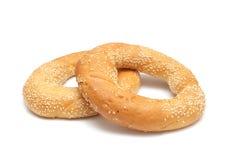 Due bagel con i semi di sesamo isolati su bianco Fotografie Stock
