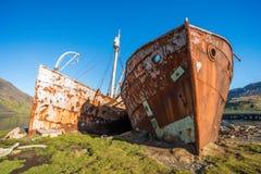 Due baleniere anziane arrugginite tirate sulla riva Fotografia Stock
