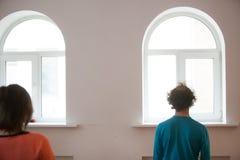 Due ballerini improvvisano sopra uno di loro è offuscato fotografie stock