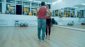Due ballerini professionisti che ballano in un corridoio stock footage