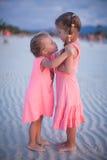 Due bambine alla spiaggia tropicale in Filippine Fotografia Stock