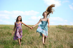 Due bambine che corrono nel campo di estate Fotografie Stock Libere da Diritti