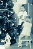 Due bambine che decorano l'albero di Natale immagini stock libere da diritti