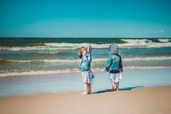 Due bambine che esaminano il mare Immagine Stock