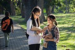 Due bambine che guardano un libro immagine stock libera da diritti