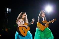Due bambine incantanti eseguono ad un concerto solo fotografia stock libera da diritti