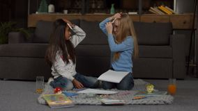 Due bambine sorridenti che giocano congettura che gioco stock footage