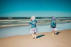 Due bambine stanno andando al mare Fotografia Stock Libera da Diritti