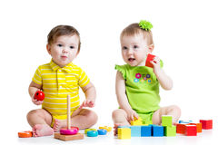 Due bambini adorabili che giocano con i giocattoli Ragazza dei bambini Immagine Stock