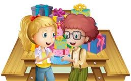 Due bambini adorabili vicino alla tavola con molti regali illustrazione vettoriale