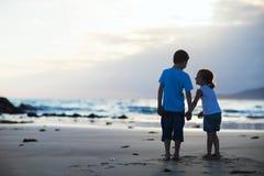 Due bambini alla spiaggia Fotografia Stock Libera da Diritti