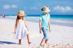 Due bambini alla spiaggia Immagini Stock