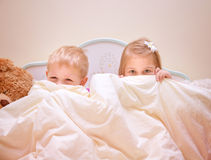 Due bambini allegri che giocano gioco Fotografia Stock Libera da Diritti