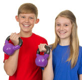 Due bambini che alzano i pesi fotografie stock libere da diritti