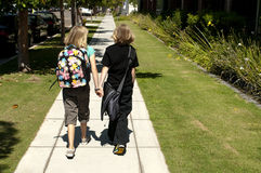 Due bambini che camminano al banco Fotografie Stock