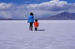 Due bambini che camminano attraverso il letto di lago asciutto Fotografie Stock