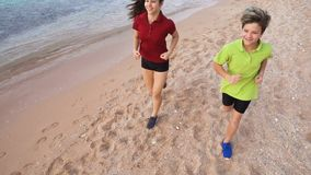 Due bambini che corrono insieme ai exersises di mattina