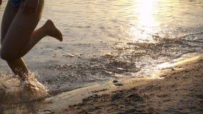 Due bambini che corrono per tirare al tramonto, movimento lento video d archivio