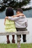 Due bambini che datano in una sosta Fotografie Stock Libere da Diritti