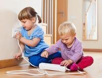 Due bambini che giocano con l'elettricità Fotografia Stock Libera da Diritti