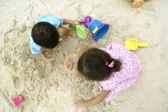 Due bambini che giocano sabbia Fotografie Stock Libere da Diritti