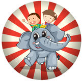 Due bambini che guidano alla parte posteriore di un elefante grigio Fotografia Stock Libera da Diritti