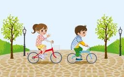 Due bambini che guidano bicicletta, nel parco illustrazione di stock