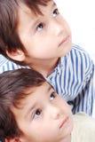 Due bambini che osservano in su Immagini Stock