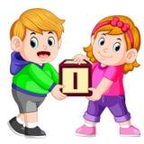 Due bambini che portano il blocchetto di alfabeto royalty illustrazione gratis