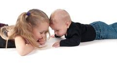 Due bambini che toccano alle fronti di ciascuno Fotografie Stock Libere da Diritti