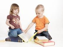 Due bambini con i libri Immagini Stock