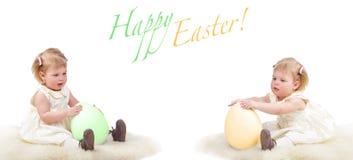 Due bambini con le uova di Pasqua Fotografie Stock Libere da Diritti