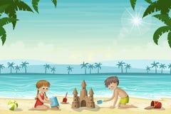 Due bambini costruiscono un castello di sabbia royalty illustrazione gratis