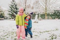 Due bambini divertenti che giocano insieme fuori Fotografia Stock