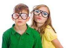 Due bambini divertenti con i vetri sciocchi Fotografia Stock