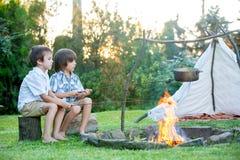 Due bambini dolci, fratelli del ragazzo, accampantesi fuori dell'estate sopra immagini stock libere da diritti