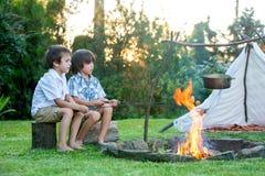 Due bambini dolci, fratelli del ragazzo, accampantesi fuori dell'estate sopra immagini stock