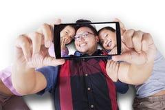 Due bambini e padre che prendono insieme selfie Immagine Stock Libera da Diritti