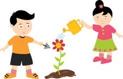 Due bambini felici che piantano e piante di innaffiatura royalty illustrazione gratis